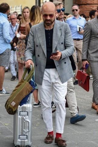 Красные носки: с чем носить и как сочетать мужчине: Если у тебя планируется сумасшедший день, сочетание серого двубортного пиджака в шотландскую клетку и красных носков позволит создать комфортный ансамбль в расслабленном стиле. В сочетании с темно-красными кожаными лоферами c бахромой такой образ смотрится особенно удачно.