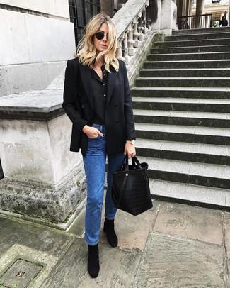 Как и с чем носить: черный двубортный пиджак, черная футболка на пуговицах, синие джинсы, черные замшевые ботильоны