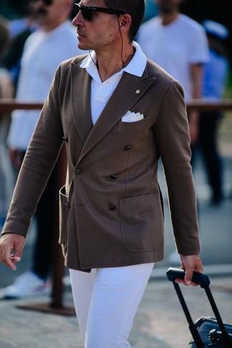 Темно-коричневый двубортный пиджак: с чем носить и как сочетать мужчине: Дуэт темно-коричневого двубортного пиджака и белых брюк чинос выглядит отменно, согласен?