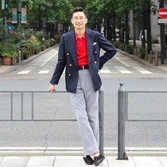С чем носить серые джинсы мужчине: Темно-синий двубортный пиджак и серые джинсы — хорошее решение для первого свидания или похода в паб с друзьями. Хочешь сделать образ немного элегантнее? Тогда в качестве дополнения к этому луку, обрати внимание на черные замшевые лоферы с кисточками.