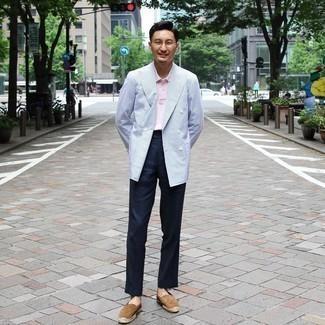 С чем носить темно-синие классические брюки мужчине: Для создания элегантного мужского вечернего ансамбля чудесно подойдет голубой двубортный пиджак и темно-синие классические брюки. Любишь смелые сочетания? Можешь дополнить свой лук коричневыми замшевыми эспадрильями.