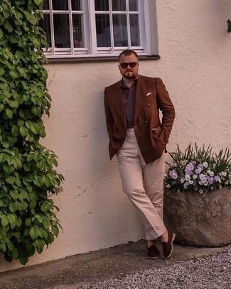 Мужские луки: Несмотря на то, что этот образ выглядит довольно выдержанно, ансамбль из коричневого двубортного пиджака и бежевых классических брюк всегда будет выбором стильных мужчин, неминуемо пленяя при этом сердца прекрасных дам. Закончив лук темно-коричневыми замшевыми лоферами, можно привнести в него немного непринужденности.