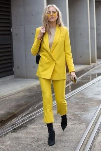 Как и с чем носить: желтый двубортный пиджак, бежевая футболка с длинным рукавом, желтые брюки-кюлоты, черные ботильоны на резинке