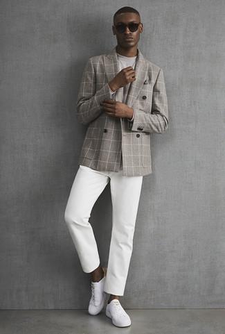 Как и с чем носить: серый двубортный пиджак в клетку, серая футболка с длинным рукавом, белые брюки чинос, белые кожаные низкие кеды