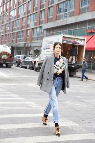 Серый двубортный пиджак в шотландскую клетку и голубые рваные джинсы-бойфренды — необходимые вещи в гардеробе любительниц стиля casual. Сделать образ изысканнее помогут светло-коричневые кожаные ботильоны.