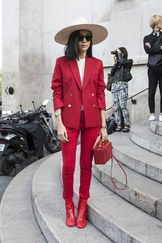 Как и с чем носить: красный двубортный пиджак, белая футболка с длинным рукавом, красные джинсы скинни, красные кожаные ботильоны