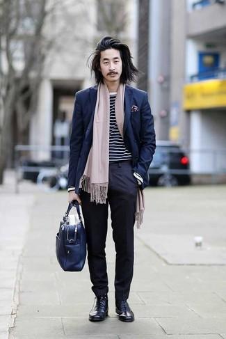 Темно-синие классические брюки: с чем носить и как сочетать мужчине: Несмотря на то, что это довольно-таки консервативный образ, образ из темно-синего двубортного пиджака и темно-синих классических брюк всегда будет нравиться стильным мужчинам, неизбежно покоряя при этом сердца женщин. Любители смелых вариантов могут закончить ансамбль темно-синими кожаными классическими ботинками.