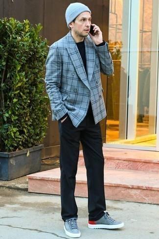 Черные классические брюки: с чем носить и как сочетать мужчине: Голубой двубортный пиджак в паре с черными классическими брюками — хороший пример делового городского стиля. Если тебе нравится экспериментировать, на ноги можно надеть голубые кожаные низкие кеды.