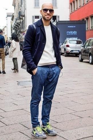 Модные мужские луки 2020 фото: Темно-синий шерстяной двубортный пиджак в сочетании с синими джинсами безусловно будет обращать на себя взоры красивых девушек. Если сочетание несочетаемого импонирует тебе не меньше, чем проверенная классика, дополни свой образ серыми кроссовками.