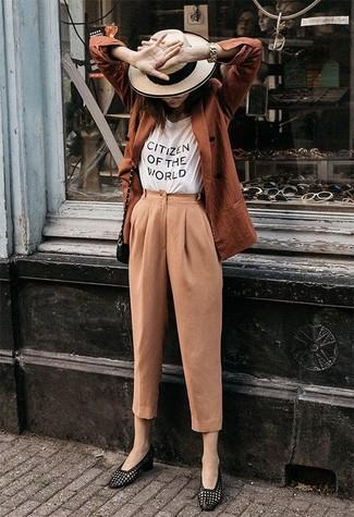 Светло-коричневые брюки-галифе: с чем носить и как сочетать женщине: Несмотря на то, что это достаточно легкий наряд, тандем табачного двубортного пиджака и светло-коричневых брюк-галифе продолжает завоевывать сердца многих модниц. Черные кожаные лоферы станут хорошим завершением твоего ансамбля.