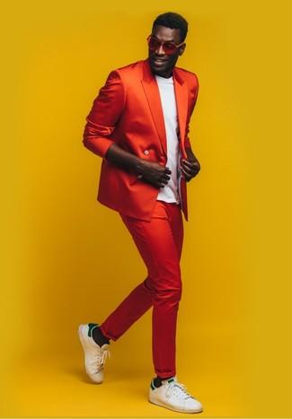 Как и с чем носить: красный двубортный пиджак, белая футболка с круглым вырезом, красные брюки чинос, бело-зеленые кожаные низкие кеды