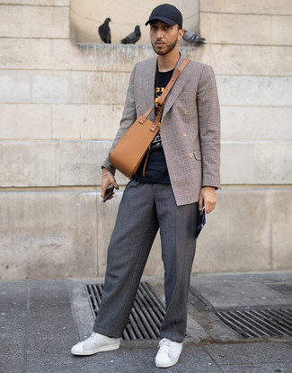 Как и с чем носить: коричневый двубортный пиджак в шотландскую клетку, черная футболка с круглым вырезом с принтом, темно-серые брюки чинос, белые кожаные низкие кеды