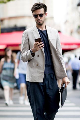 Как и с чем носить: бежевый льняной двубортный пиджак, темно-синяя футболка с круглым вырезом, темно-синие льняные брюки чинос, черный кожаный мужской клатч