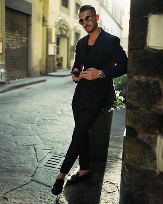 Как и с чем носить: черный двубортный пиджак, черная футболка с круглым вырезом, черные брюки чинос, черные кожаные лоферы с кисточками