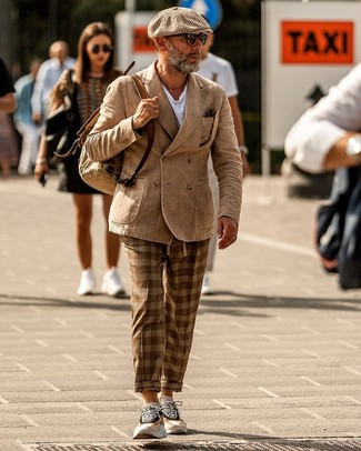 Как и с чем носить: светло-коричневый двубортный пиджак, белая футболка с круглым вырезом, коричневые брюки чинос в шотландскую клетку, бежевые кроссовки