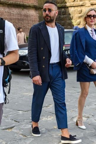 Модные мужские луки 2020 фото в жару: Тандем темно-синего льняного двубортного пиджака и темно-синих брюк чинос смотрится очень выгодно, разве не так? Если сочетание несочетаемого импонирует тебе не меньше, чем проверенная классика, закончи этот наряд черными кожаными слипонами.