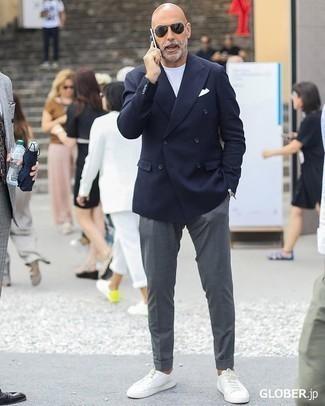Модные мужские луки 2020 фото: Темно-синий двубортный пиджак и серые брюки чинос — рассмотри этот лук, если не боишься находиться в центре внимания. Почему бы не добавить в этот ансамбль чуточку легкости с помощью белых кожаных низких кед?