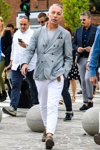 Модные мужские луки 2020 фото: Серый двубортный пиджак и белые брюки чинос — идеальный выбор для воплощения мужского образа в стиле смарт-кэжуал. Хотел бы сделать образ немного элегантнее? Тогда в качестве дополнения к этому образу, обрати внимание на оливковые кожаные туфли дерби.