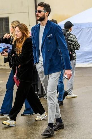 Синий двубортный пиджак: с чем носить и как сочетать мужчине: Если ты принадлежишь к той немногочисленной категории мужчин, которые каждый день стараются одеваться безукоризненно, тебе полюбится ансамбль из синего двубортного пиджака и серых брюк чинос. Хочешь сделать образ немного строже? Тогда в качестве обуви к этому ансамблю, стоит выбрать черные кожаные монки с двумя ремешками.