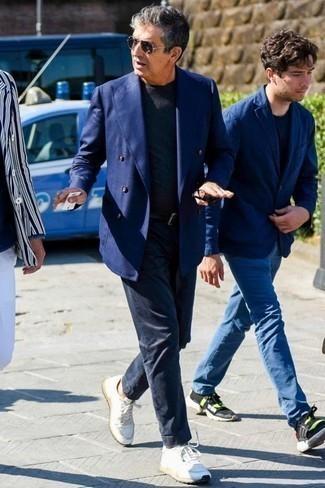 Белые низкие кеды из плотной ткани: с чем носить и как сочетать мужчине: Составив образ из темно-синего двубортного пиджака и темно-синих брюк чинос, получим подходящий мужской образ для полуформальных мероприятий после работы. В тандеме с белыми низкими кедами из плотной ткани весь образ смотрится очень динамично.