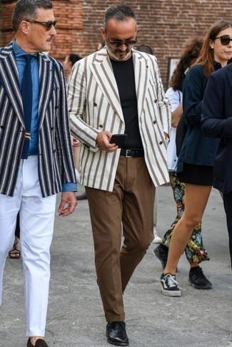 Черные кожаные оксфорды: с чем носить и как сочетать: Если ты из той когорты джентльменов, которые любят одеваться с иголочки, тебе полюбится дуэт белого двубортного пиджака в вертикальную полоску и коричневых брюк чинос. Не прочь сделать образ немного элегантнее? Тогда в качестве дополнения к этому луку, выбирай черные кожаные оксфорды.