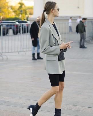 Как и с чем носить: серый двубортный пиджак, черная футболка с круглым вырезом, черные велосипедки, черные ботильоны на резинке