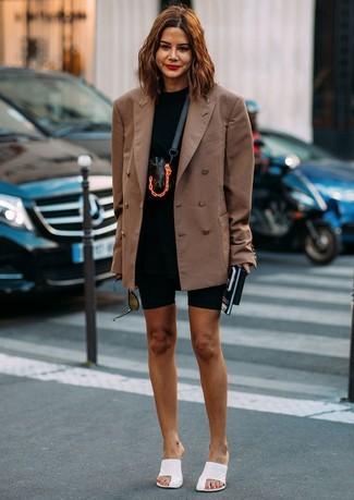 Как и с чем носить: коричневый двубортный пиджак, черная футболка с круглым вырезом, черные велосипедки, белые кожаные сабо