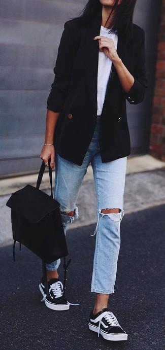 Как и с чем носить: черный двубортный пиджак, белая футболка с круглым вырезом, голубые рваные джинсы-бойфренды, черно-белые низкие кеды