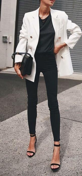 Как и с чем носить: белый двубортный пиджак, черная футболка с круглым вырезом, черные джинсы скинни, черные замшевые босоножки на каблуке