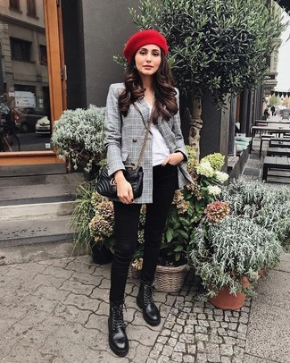 Как и с чем носить: серый двубортный пиджак в шотландскую клетку, белая футболка с круглым вырезом, черные джинсы скинни, черные кожаные ботинки на шнуровке