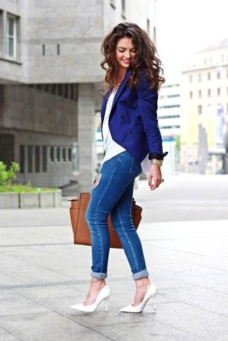 Как и с чем носить: синий двубортный пиджак, белая футболка с круглым вырезом, синие рваные джинсы скинни, белые кожаные туфли