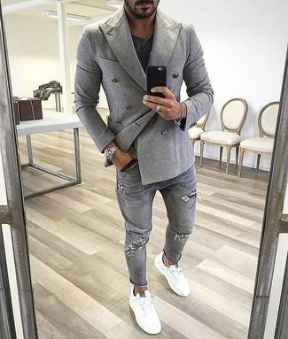 серый двубортный пиджак в сочетании с серыми рваными джинсами — великолепный вариант для создания образа в стиле элегантной повседневности. И почему бы не разбавить образ с помощью белых низких кед?
