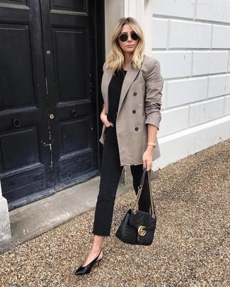 Как и с чем носить: коричневый двубортный пиджак в шотландскую клетку, черная футболка с круглым вырезом, черные джинсы, черные кожаные туфли