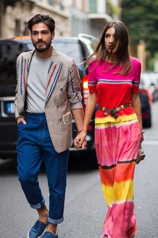 Как и с чем носить: бежевый двубортный пиджак в вертикальную полоску, серая футболка с круглым вырезом, синие джинсы, синие кожаные слипоны
