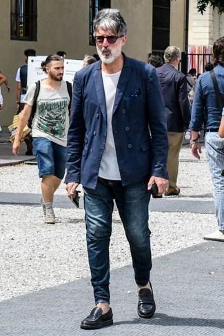 Темно-синий нагрудный платок: с чем носить и как сочетать: Темно-синий двубортный пиджак и темно-синий нагрудный платок прекрасно вписываются в гардероб самых требовательных мужчин. Закончив лук черными кожаными лоферами, ты привнесешь в него немного привлекательного консерватизма.