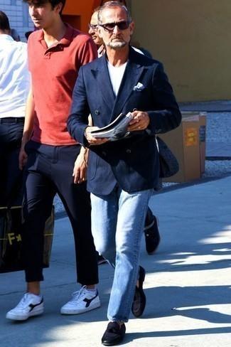 Голубые джинсы: с чем носить и как сочетать мужчине: Если ты принадлежишь к той когорте мужчин, которые одеваются с иголочки, тебе понравится ансамбль из темно-синего двубортного пиджака и голубых джинсов. Дополнив ансамбль темно-синими замшевыми лоферами с кисточками, можно получить поразительный результат.