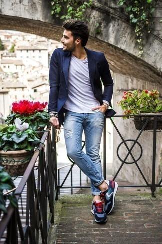 Модные мужские луки 2020 фото: Несмотря на свою несложность, лук из темно-синего двубортного пиджака и голубых рваных джинсов неизменно нравится стильным молодым людям, неизбежно покоряя при этом сердца прекрасных дам. Ты сможешь легко адаптировать такой лук к повседневным нуждам, надев синими кроссовками.