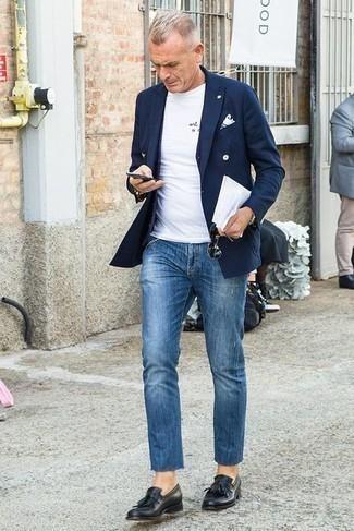 С чем носить черные солнцезащитные очки мужчине: Темно-синий двубортный пиджак и черные солнцезащитные очки — отличный вариант для несложного, но модного мужского лука. Завершив ансамбль черными кожаными лоферами c бахромой, получим неожиданный результат.