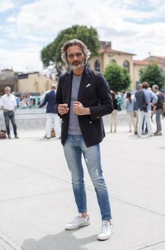 Белые низкие кеды: с чем носить и как сочетать мужчине: Черный двубортный пиджак и голубые рваные зауженные джинсы отлично подходят для воплощения городского образа на будние дни. Весьма неплохо здесь смотрятся белые низкие кеды.