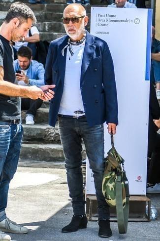Как одеваться мужчине за 60: Сочетание темно-синего двубортного пиджака и темно-серых зауженных джинсов поможет выглядеть стильно, а также подчеркнуть твою индивидуальность. Хотел бы сделать лук немного элегантнее? Тогда в качестве дополнения к этому образу, стоит обратить внимание на черные замшевые ботинки челси.
