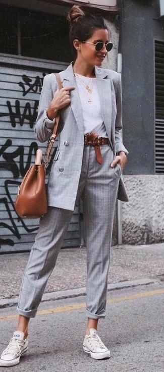 Модный лук: Серый двубортный пиджак в клетку, Белая футболка с круглым вырезом, Серые классические брюки в шотландскую клетку, Белые низкие кеды