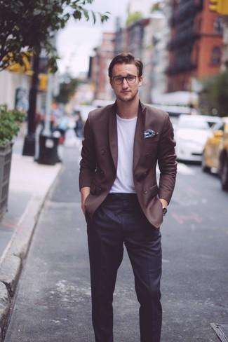 Как и с чем носить: темно-коричневый двубортный пиджак, белая футболка с круглым вырезом, черные классические брюки, темно-синий нагрудный платок с цветочным принтом
