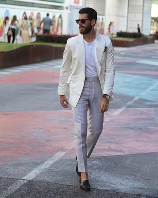 Как и с чем носить: бежевый двубортный пиджак, белая футболка с круглым вырезом, серые классические брюки, черные кожаные лоферы