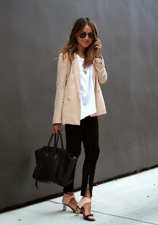Как и с чем носить: бежевый двубортный пиджак, белая футболка с круглым вырезом, черные узкие брюки, бежевые кожаные босоножки на каблуке