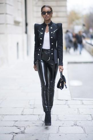 Как и с чем носить: черный двубортный пиджак, белая футболка с круглым вырезом, черные кожаные узкие брюки, черные бархатные ботильоны