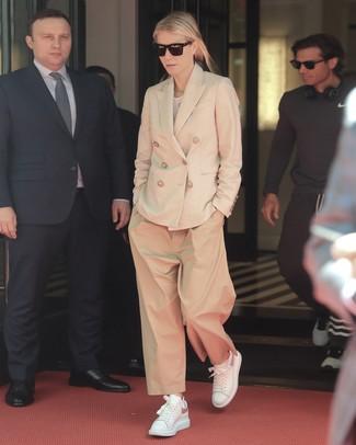 Как и с чем носить: бежевый двубортный пиджак, белая футболка с круглым вырезом, светло-коричневые широкие брюки, белые кожаные низкие кеды