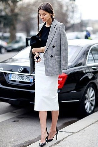 Как и с чем носить: серый двубортный пиджак в шотландскую клетку, черная футболка с круглым вырезом, белая юбка-карандаш, черные кожаные туфли