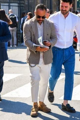 Серый двубортный пиджак в шотландскую клетку: с чем носить и как сочетать мужчине: Согласись, сочетание серого двубортного пиджака в шотландскую клетку и белых брюк чинос смотрится выше всяких похвал? Не прочь привнести в этот образ немного строгости? Тогда в качестве дополнения к этому луку, обрати внимание на светло-коричневые замшевые лоферы c бахромой.