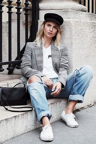 Как и с чем носить: серый двубортный пиджак в шотландскую клетку, белая футболка с v-образным вырезом, голубые рваные джинсы-бойфренды, белые низкие кеды