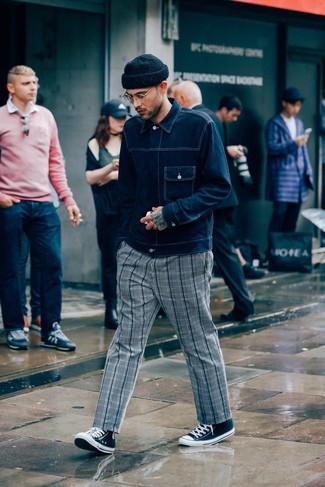 Как и с чем носить: темно-синяя джинсовая куртка, серые брюки чинос в шотландскую клетку, черно-белые высокие кеды из плотной ткани, черная шапка